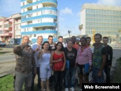 Varios activistas cubanos al salir del curso de Periodismo ofrecido por la Oficina de Intereses en La Habana.