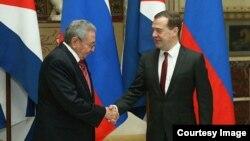 Medvedev recibe a Raúl Castro en Moscú.