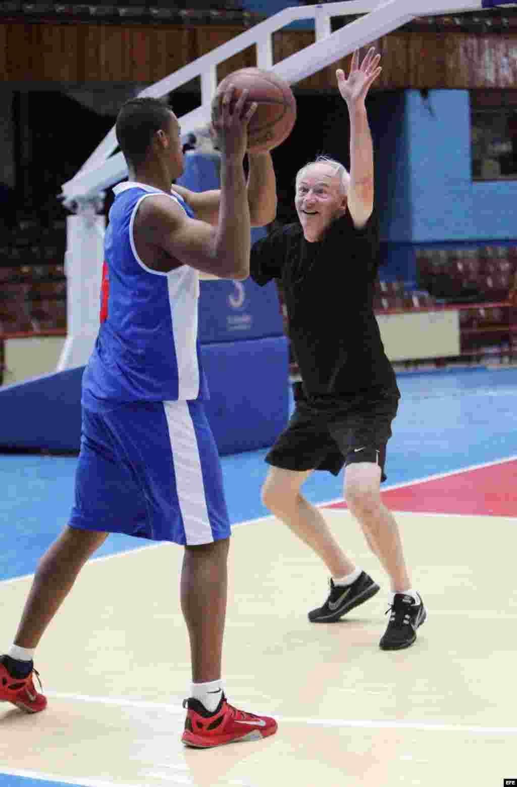 El gobernador de Arkansas, Asa Hutchinson (d), participa en un juego de baloncesto, en La Habana. EFE