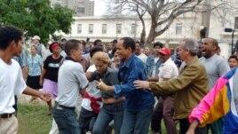 En esta foto de archivo, turbas del régimen cubano reprimen a varios disidentes, entre ellos Darsi Ferrer (cen) y su esposa  cuando intentaron hacer una marcha por el Día de los Derechos Humanos en 10 de diciembre del 2006.