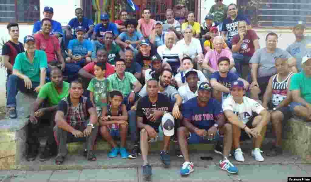 Más de 50 personas se reunieron el sábado, 15 de abril de 2017, en el Parque John Lennon, ubicado en 17 entre 6 y 8 El Vedado, en La Habana, para celebrar el vigésimo aniversario de la Peña MLB que dirige Sergio Girat Estrada.