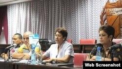 Al centro, Ena Elsa Velázquez Ministra de Educación de Cuba.