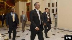 El presidente de la Cámara baja, John Boehner (C), entra a la Cámara de Representantes para participar en una serie de votaciones nocturnas sobre el presupuesto.