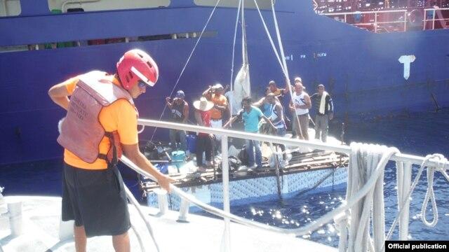 Doce balseros cubanos fueron rescatados el lunes de una balsa a a 76 kilómetros de la costa de Quintana Roo.