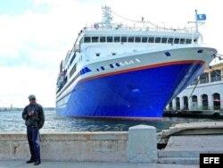 Crucero atracado en un muelle cubano.