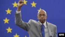 """El opositor cubano Guillermo Fariñas posa con el puño en alto tras aceptar el premio Sájarov durante un acto celebrado en el Parlamento Europeo en Estrasburgo (Francia), hoy, miércoles 3 de julio de 2013. Fariñas se mostró hoy confiado en que """"un día Cuba"""