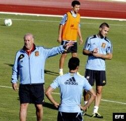 El seleccionador nacional, Vicente del Bosque (i), da instrucciones a sus jugadores.