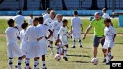 Niños cubanos participan en una clínica de fútbol impartida por entrenadores de la Fundación Real Madrid, en La Habana (Cuba).
