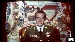 El Rey don Juan Carlos durante la emisión de su mensaje a la nación el 23 de Febrero de 1981. ,