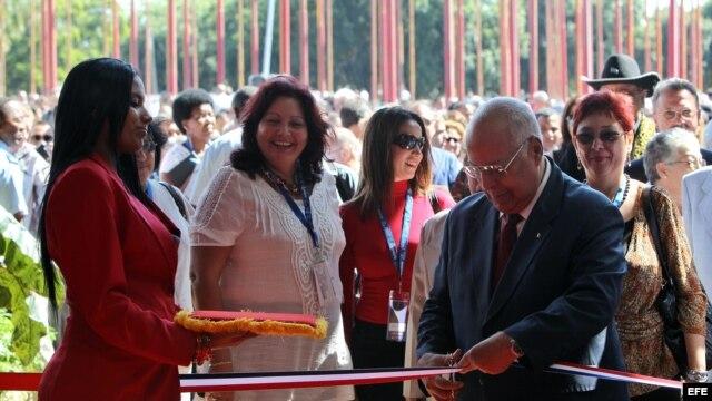 El vicepresidente cubano Ricardo Cabrisas corta la cinta inaugural de la XXX Feria Internacional de La Habana Fihav-2012.