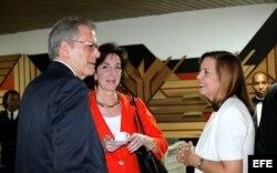 Jeffrey DeLaurentis, Roberta Jacobson y Josefina Vidal (i-d).