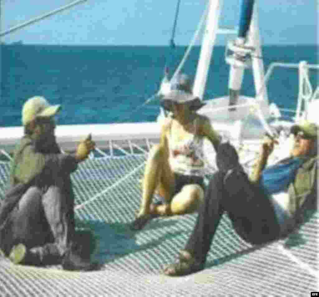 Fotografía sin fechar tomada de la página www.pensamientocolombia.org de los negociadores de las FARC Iván Márquez (i), Laura Villa (c) y Jesús Santrich (d), en un yate catamarán, en Cuba.