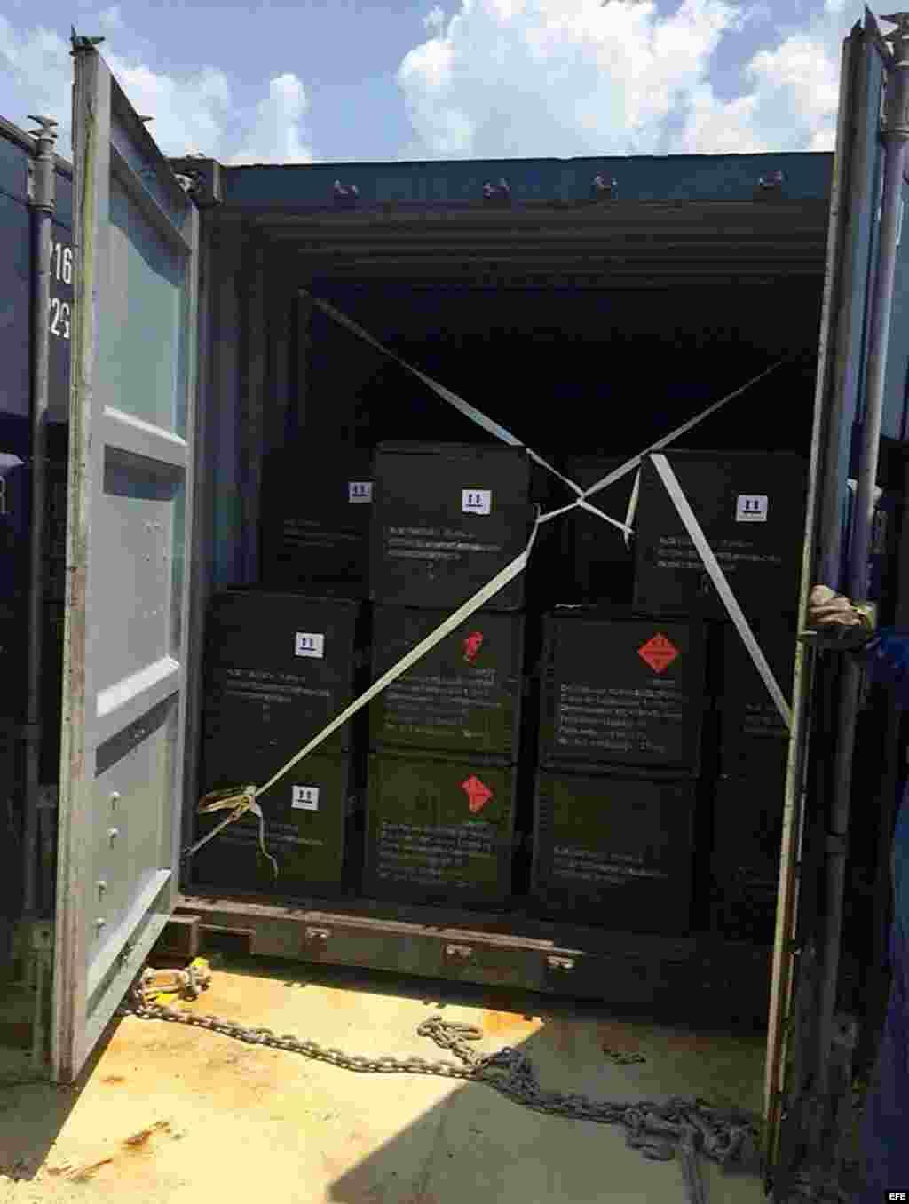 Fotografía cedida por la Fiscalía de Colombia donde se ve un contenedor incautado por las autoridades colombianas, con armamento en su interior.