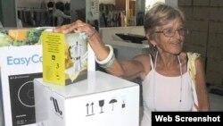 Beneficiaria de la Asistencia Social Cuba compra utensilios de cocina