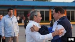El fallecido presidente venezolano, Hugo Chávez (d), junto a su homólogo cubano, Raúl Castro (c), y el entonces canciller venezolano, Nicolás Maduro. (EFE/Archivo)