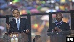 Fotografía facilitada hoy, jueves 12 de diciembre de 2013, que muestra al intérprete de signos Thamsanqa Jantjie (d) durante la intervención del presidente estadounidense, Barack Obama (i).