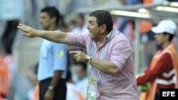 El entrenador de Cuba, Raúl González, reacciona durante un partido del Mundial de fútbol sub-20 disputado entre Cuba y Nigeria.