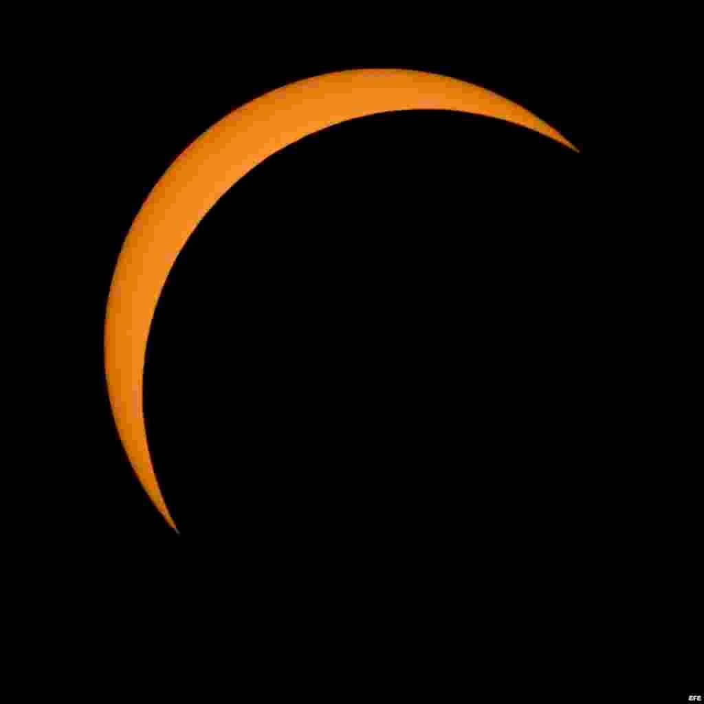 La la Luna (d) mientras se posiciona delante del Sol durante del eclipse total en el parque nacional Northern Cascades en Washington.