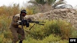 """Integrantes de la milicia chií iraquí """"Brigadas de Paz"""", que voluntariamente combaten al lado de las fuerzas iraquíes contra el grupo Estado Islámico (EI), combaten, al tomar posición en la ciudad Jurf al-Sakher, al sur de Bagdad (Irak)."""