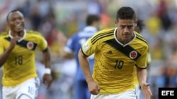 El centrocampista colombiano James Rodríguez celebra el gol que ha marcado ante Grecia, el tercero del equipo, durante el partido Colombia-Grecia, del Grupo C del Mundial de Fútbol de Brasil 2014.