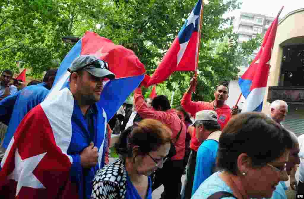 Un grupo de personas se manifiesta el jueves 24 de enero de 2013, frente a la Embajada de Cuba en Santiago de Chile, en apoyo a la visita del presidente cubano, Raúl Castro.
