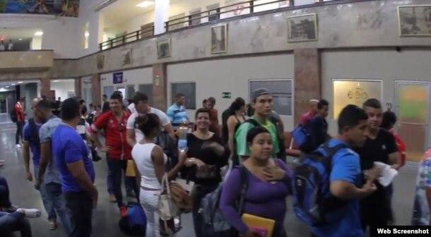 Cubanos se disponen a viajar de Panamá a México. (Captura de imagen/Cancillería de Panamá)