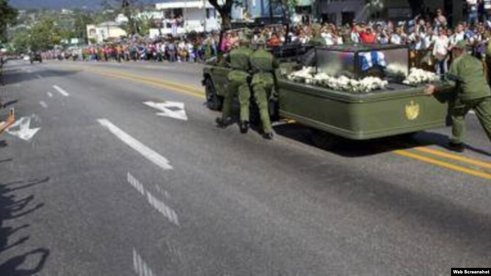Vehículo que transporta cenizas de Fidel Castro tuvo que ser empujado en Santiago de Cuba