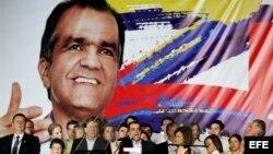 El candidato a la presidencia de Colombia por el partido Centro Democrático Oscar Iván Zuluaga (c) pronunció un discurso ante sus seguidores el domingo 25 de mayo de 2014.