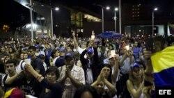 Manifestantes opositores al Gobierno de Nicolás Maduro participan en una marcha nocturna el jueves 10 de abril de 2014.