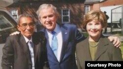 El exprisionero político Omar Pernet junto al expresidente George Bush y la esposa de éste, Bárbara.