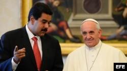 Foto de archivo del 17 de junio de 2013. El papa Francisco (d) conversa con el presidente de Venezuela, Nicolás Maduro, durante una audiencia privada celebrada en la Sala de la Biblioteca del palacio apostólico del Vaticano.