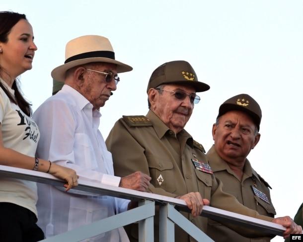 Raúl Castro (c), acompañado del segundo secretario del PCC, José Ramón Machado (2-i), el ministro de las FAR, Leopoldo Cintra Frías (d), y la presidenta de la FEU, Jennifer Bello.