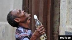 El documental Habana Glue aborda el problema del creciente alcoholismo en Cuba.