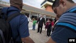 """Familiares del """"Macho"""" Camacho oran en San Juan, Puerto Rico, en el hospital donde se encuentra recluido el excampeón mundial."""