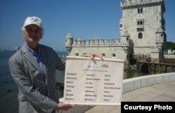 Bernard Weber, presidente fundador de New7Wonders, anunciando las 21 ciudades preseleccionadas.