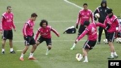 """Los jugadores del Real Madrid Kleper Laveran """"Pepe"""" (i), Lucas Silva (2i) y Marcelo Vieira (3i) durante el entrenamiento del sábado en Valdebebas, previo al partido de Liga que el equipo disputa el domingo frente al Barcelona, el Clásico."""