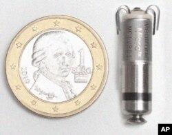 El mini marcapaso cilíndrico es insertado en un tubo diminuto.