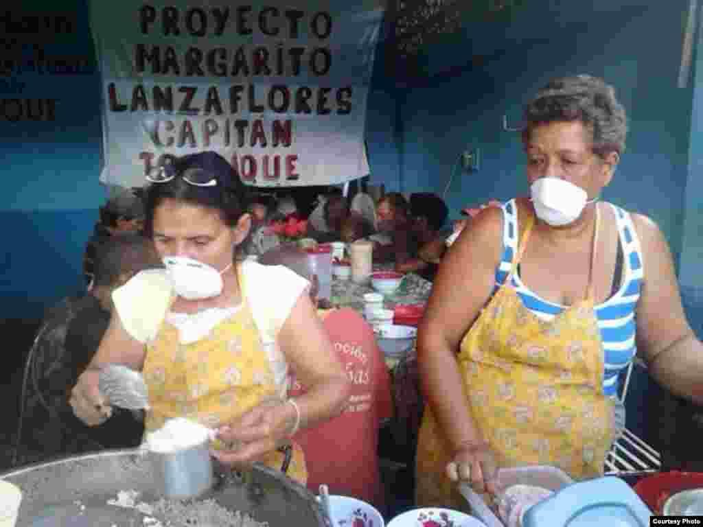 """Dos activistas brindan ayuda a necesitados en el Proyecto """"Capitan Tondique"""", Colón, Matanzas."""