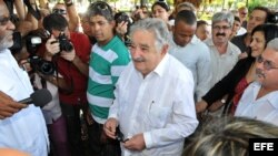 El presidente de Uruguay, José Mujica (c), conversa con periodistas, después de participar en un acto donde colocó una ofrenda floral ante el busto del prócer uruguayo José Gervasio Artigas Arnal, en un céntrico parque de La Habana.