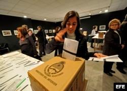 Una argentina deposita su voto en la Embajada de Argentina en París, Francia.