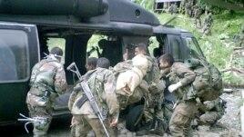 Archivo: miembros del ejército colombiano trasladan a una guarnición militar los cadáveres de guerrilleros de las FARC