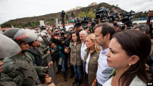 Militares impiden el paso a los expresidentes de Colombia, Andrés Pastrana, y de Bolivia, Jorge Quiroga, cuando se dirigían a la cárcel militar de