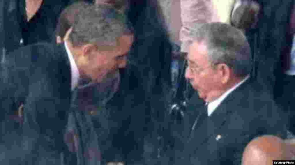 El presidente de EEUU, Barack Obama, y el general Raúl Castro se dieron la mano por primera vez durante el oficio religioso en homenaje a Nelson Mandela que se celebró en el estadio FNB de Soweto el 10 diciembre de 2013.
