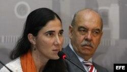 Yoani Sánchez (d) junto al presidente del diario mexicano Síntesis, Armando Prida (d), durante la conferencia sobre la libertad de expresión en Cuba, que ofreció en la reunión semestral de la Sociedad Interamericana de Prensa (SIP), en Puebla, México.
