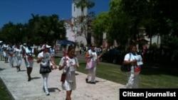 Reporta Cuba. Damas de Blanco marchan por Quinta Avenida antes del arresto del domingo 17 de mayo.