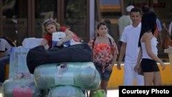 Cubanos cargados de equipaje en el aeropuerto (jnusa2001.wordpress.com)