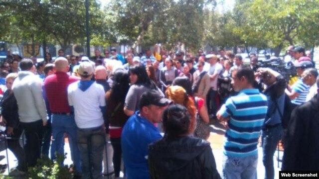 Cubanos reunidos en un parque de Quito para exigir una respuesta sobre su situación migratoria.