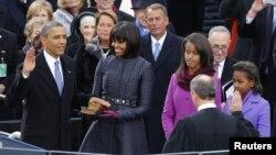 El 44º presidente estadounidense Barack Obama prestó juramento en público para un segundo mandato este lunes, ante una multitud a los pies del Capitolio.