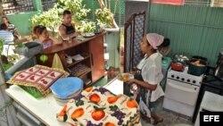 """Varias personas son atendidas en la cafetería de un trabajador """"cuentapropista"""" en La Habana. (Archivo)"""