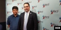Daniel Pedreira (der.), presidente de Herencia Cultural Cubana, junto a un joven voluntario de la organización.